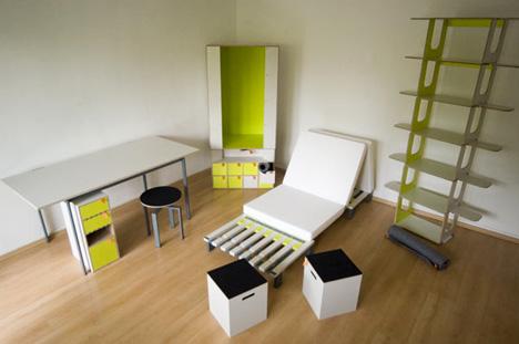 La estantería y el armario están listos, incluso la cama