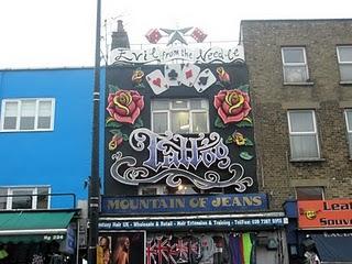las tiendas estn ubicadas dentro de las casas inglesas decoradas a todo color y presididas por enormes figuras ancladas a la fachada que