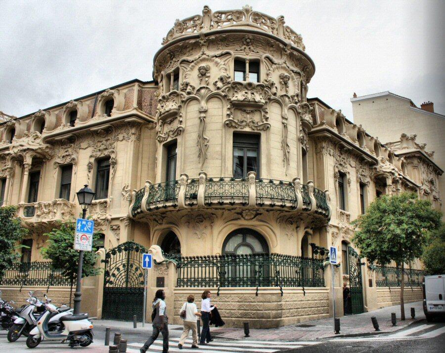 Arquitectura modernista en pleno coraz n de madrid cultura dec - Casa vives gaudi ...