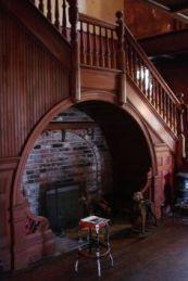Chimenea debajo de las escaleras