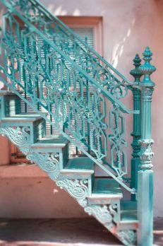 Escalera azul estilo romántico