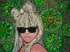 Lady Gaga. Fichas de póker, bisuteria, objetos de electrónica reciclados, etc...