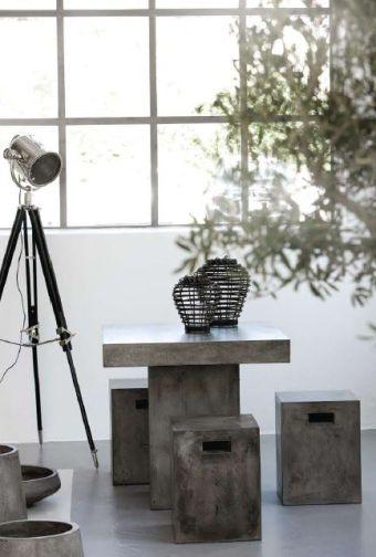 Mesa y taburetes cemento