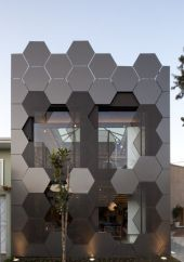 Edificio revestido con formas hexagonales metálicas