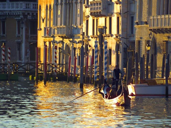 http://www.viajejet.com/fotos-venecia/gondolero-en-el-gran-canal-de-venecia/