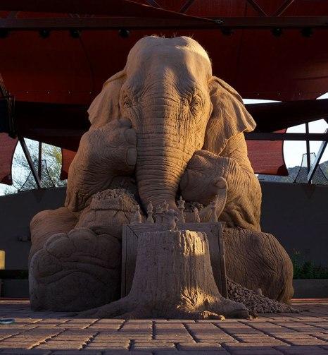 escultura-arena-elefante-raton-ajedrez-ray-villafane-sue-beatrice-1