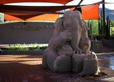 escultura-arena-elefante-raton-ajedrez-ray-villafane-sue-beatrice-2