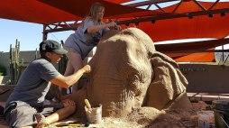 escultura-arena-elefante-raton-ajedrez-ray-villafane-sue-beatrice-8