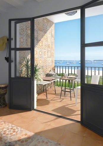 En una terraza con vistas al mar