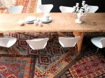 1519399140276-la-superposition-des-tapis-salle-a-manger-boheme-vintage-contemporaine