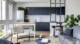nordsalon-avec-cuisine-ouverte-verriere-d-interieur-canape-gris-fauteuils-vintage-tapis-ethnique_5856787