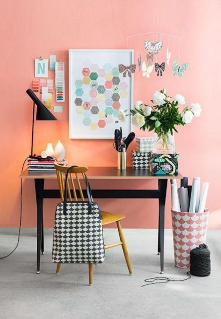 02_couleur-de-lannee-2019-pantone-living-coral-bureau-original-mur-colore-style-scandinave-blog-deco-clem-around-the-corner