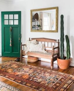 cmuebles-recibidor-decoracion-rustica-cactus-alto-banco-madera-tapete-puerta-verde-espejo-rectangular-marco-dorado