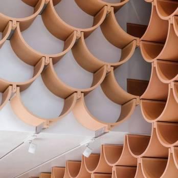 detalle-de-las-tejas-que-recorren-todo-el-interior-de-la-tienda-camper-en-barcelona_cf74a187_620x930