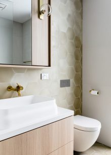 10_Emily-Henderson_Design-Trends_2019_Bathrooms_15-1670x2338