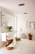 4_bano-blanco-moderno-con-encimera-volada-y-radiador-toallero-en-forma-de-zig-zag_-00343872_437400b2