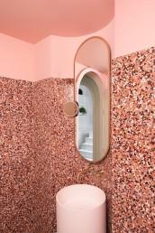 5_Decoracion-de-banos-2019-con-paredes-en-dos-colores-y-terrazo-tendencia-decoracion
