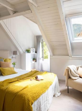 dormitorio-abuhardillado-con-paredes-de-madera-pintadas-en-blanco-y-ropa-de-cama-mostaza_161be84e_1485x2000