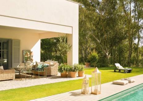 porche-exterior-con-piscina-rodeada-de-tarima-y-cesped-310766_6f3d6897_1200x848