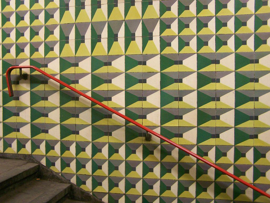1024px-Metro_station_Lisboa_Lisbon_Praca_de_Espanha_azulejos.jpg