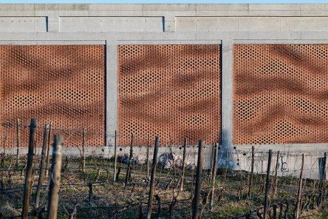 gramazio-kohler-augmented-bricklaying-kitrvs-winery-designboom-04