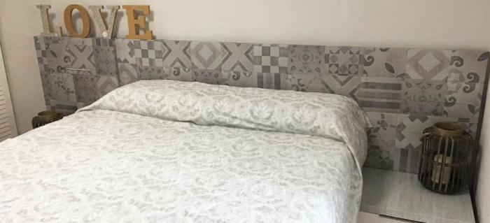 Vinilo-baldosas-hidráulicas-cabecero-de-cama-dormitorio-design-lokoloko-848x842